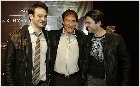 Roland Joffé (uprostřed) na tiskové konferenci s s představiteli hlavních rolé Charlie Coxem (vlevo) a Wes Bentleyem.