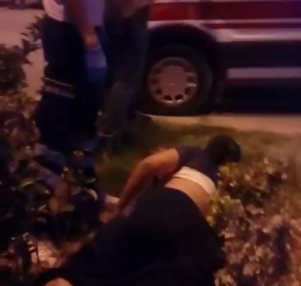 Otomobil yolun karşısına geçmeye çalışan anne ve oğluna çarptı