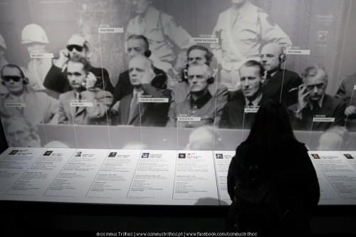 pormenor da exposição sobre os julgamentos. O primeiro do lado esquerdo, Hermann Göring, foi o comandante-chefe da Luftwaffe e nomeado por Hitler, como seu sucessor