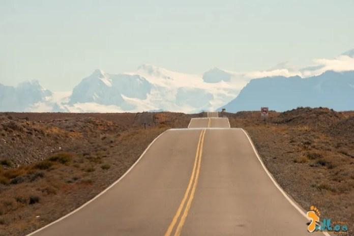 As estradas na Patagónia têm magia. / São km e km de nada... / só nós! / É quase como um transe!