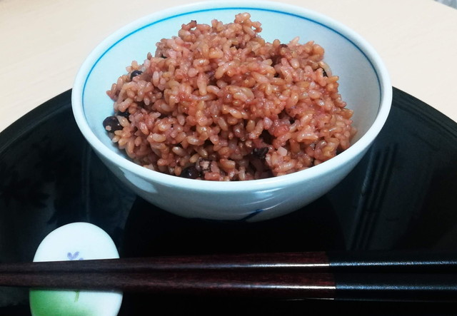 熟成玄米と箸とお盆