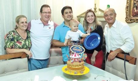 Os avós maternos, Marilena Fiorot e Fiorot, os papais Daniel e Jaqueline Moraes e o avô paterno Jadilson Moraes comemoram os 9 meses do anfitrião da festa, Gustavo Fiorot Moraes