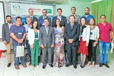 A médica, Dra. Mariana Cancela (ao centro), e a diretoria da SBC-BA, juntamente com os cardiologistas da região sul e extremo sul da Bahia, na 1ª Jornada de Cardiologia da Costa do Descobrimento