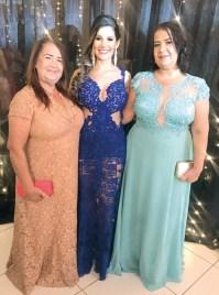A formanda Larissa Morais entre sua avó Helena Mota Morais e sua mãe Marina Moreira de Morais, no baile de formatura
