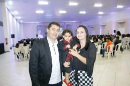 O gerente regional do Sebrae, Alex Brito acompanhado de sua esposa Maxsoely e seu filho Lorenzo Brito, no evento circuito empresarial em Teixeira de Freitas;