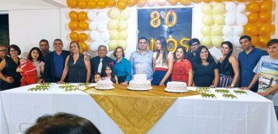 O pr. Miguel Pereira de Lima, comemorando os 80 anos do seu aniversário, junto de sua esposa Flordinice da Silva Lima, com seus filhos e netos, na Igreja Batista Betânia, em Eunápolis