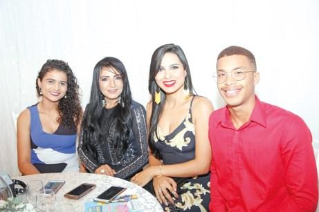 A coordenadora de marketing da Unopar de Teixeira de Feitas, Eliane Sousa (Loura Morena), com seus colegas de trabalho, no evento do Destaque Empresarial de Medeiros Neto