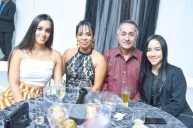 O casal de empresários e proprietários da Funerária Teixeira de Freitas, Maria d'Ajuda Figueiredo e Adenilson Pereira, suas filhas Kaelly e Thayne Figueiredo, durante o Destaque Empresarial