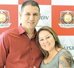 O casal de empresários e proprietários da Eunamicro, Durval Neto e Mayana Benfica, no evento de lançamento da marca Hikvision em Eunápolis