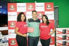 O empresário e proprietário da Eunamicro Durval Neto e suas colaboradoras no evento de lançamento da marca Hikvision em Eunápolis