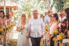 Fernando e Lídia, felizes, recebem as bênçãos de familiares e convidados