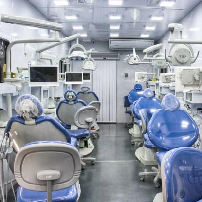 Estrutura interna das carretas com modernos equipamentos odontológicos