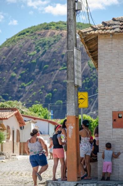 lajedao bahia extremo sul pedra da floresta salto de parapente papai noel natal solidariedade distribuicao de brinquedos comunidade criancas estadio de futebol (5)