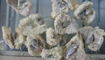 Os polícias descobriram que dentro dos pedaços de carne estavam 18 buchas de maconha.