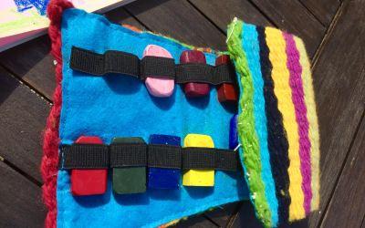 Bloques de cera para colorear en la maleta de los niños