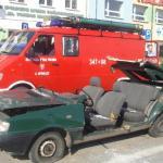 Rozcięty przez OSP samochód polonez