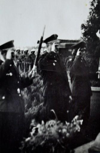 Strażacy w mundurach wyjściowych oddają hołd pod Pomnikiem Bohaterów Września 1939 r. w Gostyni