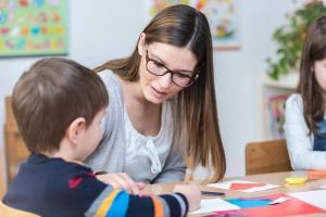terapia tikow 2 - Kindergarten Teacher Supports Child on Class