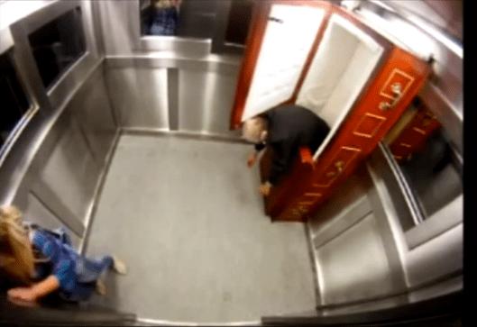 La broma en el ascensor. Esta vez con un ataúd.