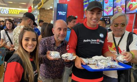 Candidatos a reyes de Canal 13 regalan hamburguesas a la prensa acreditada.