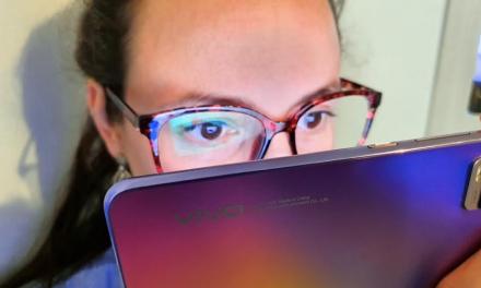 Qué es la luz azul y cómo prevenir el cansancio ocular al usar nuestro smartphone
