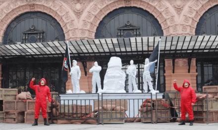 Netflix realiza un homenaje a los caídos de La casa de papel en Estación Mapocho