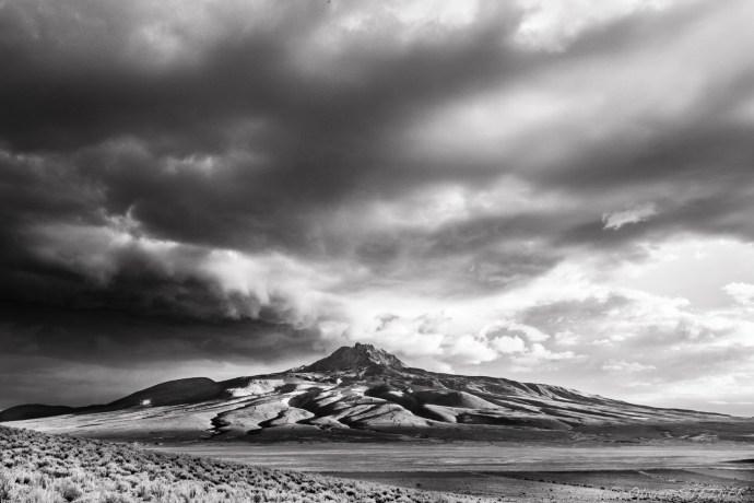 A little bit before reaching the north shore of Salar de Uyuni, Tunupa Volcano is standing in the evening stormy light - Un peu avant d'arriver sur les rives nord du Salar d'Uyuni, le volcan Tunupa se dresse dans la lumière du soir avant la tempête.
