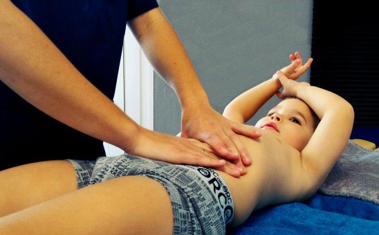 Photo de manipulation viscéral par un ostéopathe sur un enfant à Romagnat. Cabinet Gas & Guibert