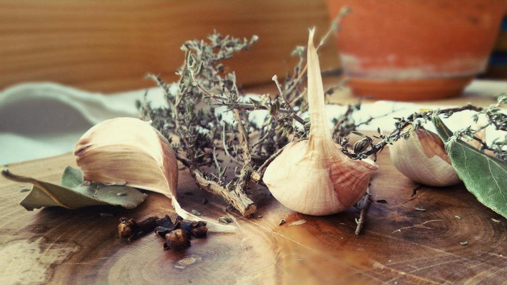 Thym, laurier, ail et clou de girofle entrant dans la rectte de l'aïgo boulido. Ce bouillon permet de bien digérer après les fêtes.