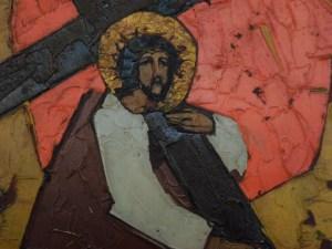 2. Station: Jesus nimmt das Kreuz auf seine Schulter  Eine schwere Last schultern. Sie drückt uns nieder. In diesen Tagen ist viel von Verantwortung die Rede: Verantwortung für unsere Familien, Verantwortung für die Nächsten, Verantwortung für die Kranken, Verantwortung für eine ganze Gesellschaft. Verantwortung ist eine Bürde. Es braucht starke Schultern, die sie tragen können.  Wir beten:  Für alle, die für eine Familie Verantwortung tragen: Christus, nimm dich ihrer an.  Für alle, denen das Leben der Kranken anvertraut ist: Christus,…  Für alle, die alte Menschen pflegen und betreuen: Christus,…  Für alle, die Entscheidungen für unsere Gesellschaft treffen – Christus,…  Für alle, die in den Betrieben für Mitarbeiter verantwortlich sind – Christus,…  Für alle, die nach Auswegen aus der Krise suchen – Christus,…
