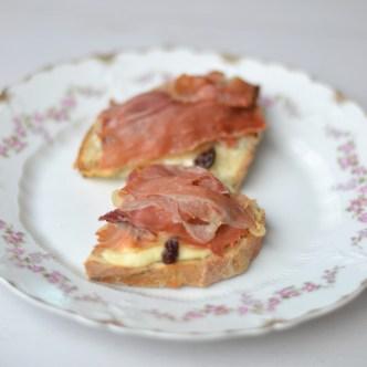 Lille hapser med gorgonzola, serranoskinke og rosiner