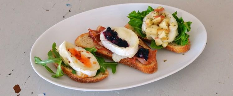 Chevre Chaud - gedeost med skinke og blåbærvinaigrette