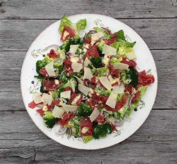 Salat med carpaccio og parmesan