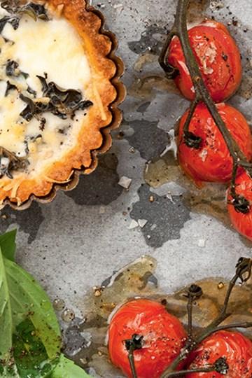 Tomattærte med mozzarella og parmesan