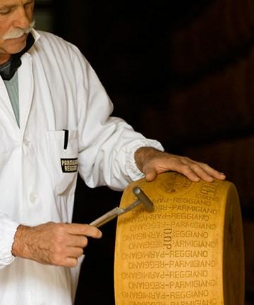 Inspektør tjekker parmesan