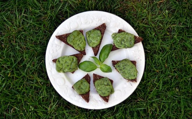 Små brød med grøn pestoost