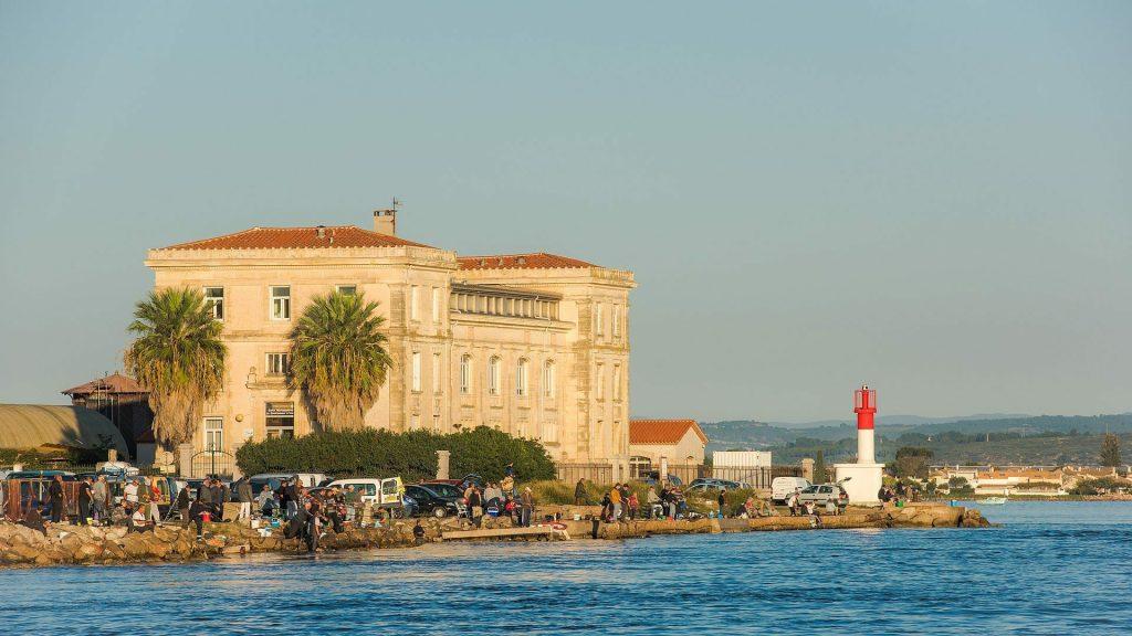 Pêcheurs de dorades devant l'ancienne station biologique de Sète