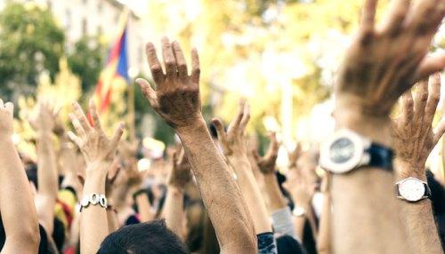大衆が手を挙げる
