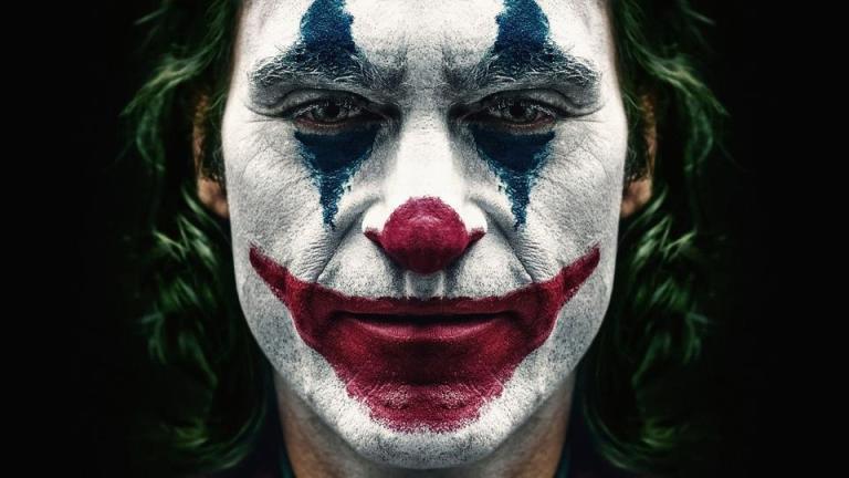 O rosto de um homem, pintado de palhaço
