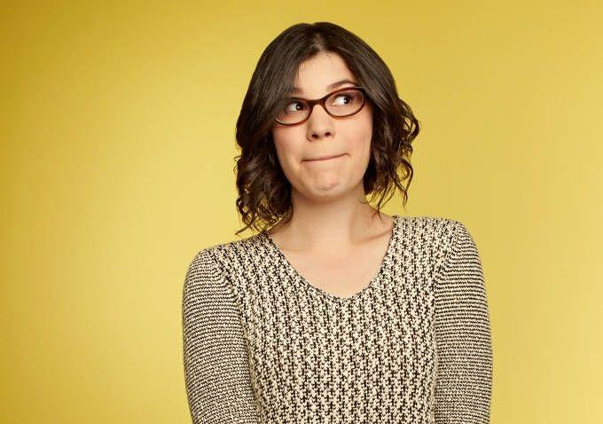 Rebecca Sugar em uma sessão de fotos com um fundo amarelo