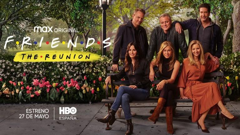 Cartaz de Friends HBOMAX com os atoresMatt Leblanc, Matthew Perry, Jennifer Aniston, Lisa Kudrow, Courtney Cox e David Schwimmer sentados em um banco de praça
