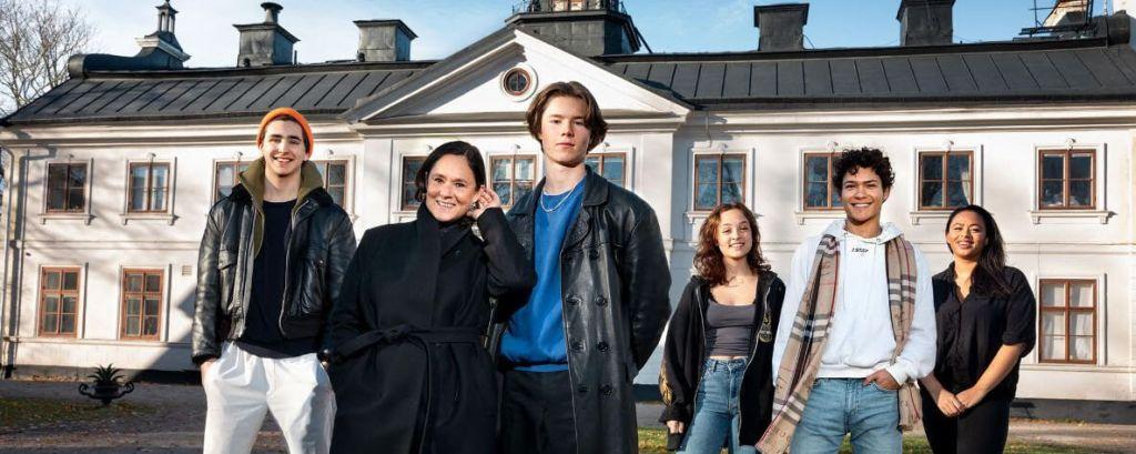 O elenco da série Young Royals da Netflix.