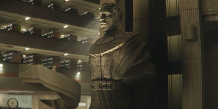 Estátua gigante de Kang no saguão da AVT - Otageek