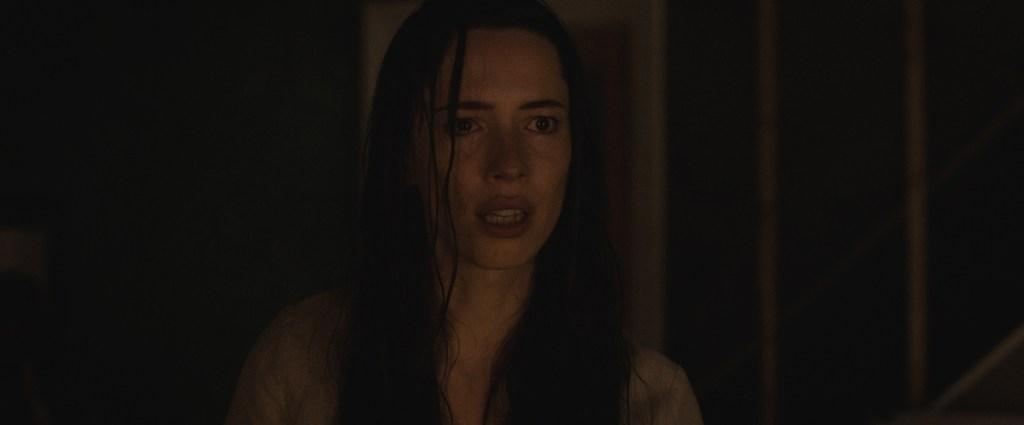 Rebeca Hall em uma cena do filme A Casa Sombra
