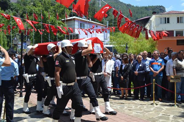 ŞEHİT POLİS NİHAT ŞENER GÖZYAŞLARI ARASINDA TOPRAĞA VERİLDİ