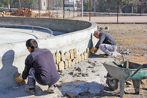 Karacaoğlan mahallesine yapımı devam eden parkı Kozan Belediye bşk. Musa Öztürk gezdi.