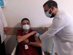 Kozan'da sağlıkçılar Covid 19 aşısı olmaya başladı.