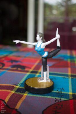 Observez le très gracieux pied de l'Amiibo Entraineuse Wii Fit...