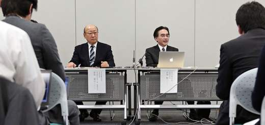 Satoru Iwata, president of Nintendo Co., center right, speaks as Tatsumi Kimishima, managing director, listens during a news conference in Osaka, Japan, on Wednesday, Oct. 29, 2014. Photographer: Yuzuru Yoshikawa/Bloomberg *** Local Caption *** Satoru Iwata
