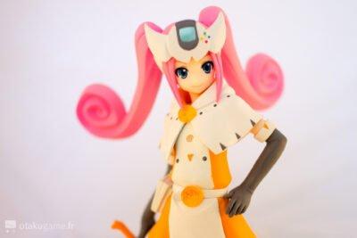 Elle possède un bandeau en forme de manette Dreamcast